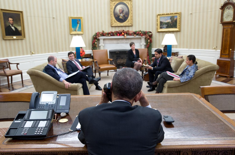 16 de diciembre de 2014. El Presidente estadounidense Obama conversa telefónicamente con el Presidente cubano Raúl Castro desde la Oficina Oval. Al día siguiente se anunciaría que los Estados Unidos buscarían volver a mantener relaciones diplomáticas con Cuba luego de más de 50 años. (Foto de: Pete Souza - Sitio oficial de la Casa Blanca)